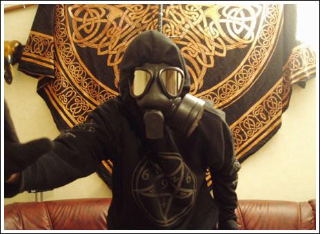 BaraSkit se Weird gas mask outfit